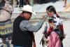 6 vader begeleidt dochter voor ceremoniële initiatie in de Apache stam
