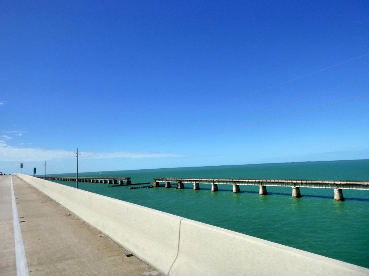 9 The Overseas Highway in The Florida Keys over de Atlantische Oceaan en de Golf van Mexico