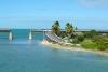 7-The-Overseas-Highway-in-The-Florida-Keys-over-de-Atlantische-Oceaan-en-de-Golf-van-Mexico-op-weg-naar-Key-West-–-een-route-met-een-geschiedenis-van-90-jaar-–-de-oude-weg-gedeeltelijk-en-de-spoorlijn-totaal-verwoest-door-