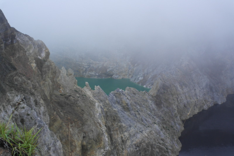14-three-deep-vulkanic-lakes-derde-lake-in-de-mist