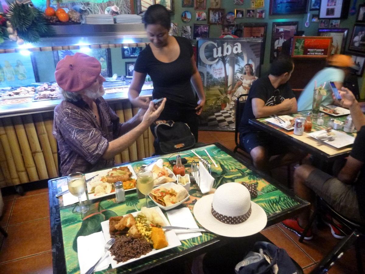 16 feestelijk lunchen in Cuban Restaurant, met Live Music en Wifi