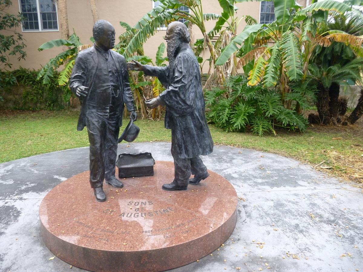 7 mooi herdenkingsbeeld van 2 zonen van St Augustine – Med. Doctor A.H.Darnes (1840-1894) - voormalig slaaf van de Smith familie en Prof. E. K. Smith ( 1824-1893) eerst zijn baas en nu vrienden