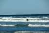 19 een enkele surfer waagt een kans op de golven
