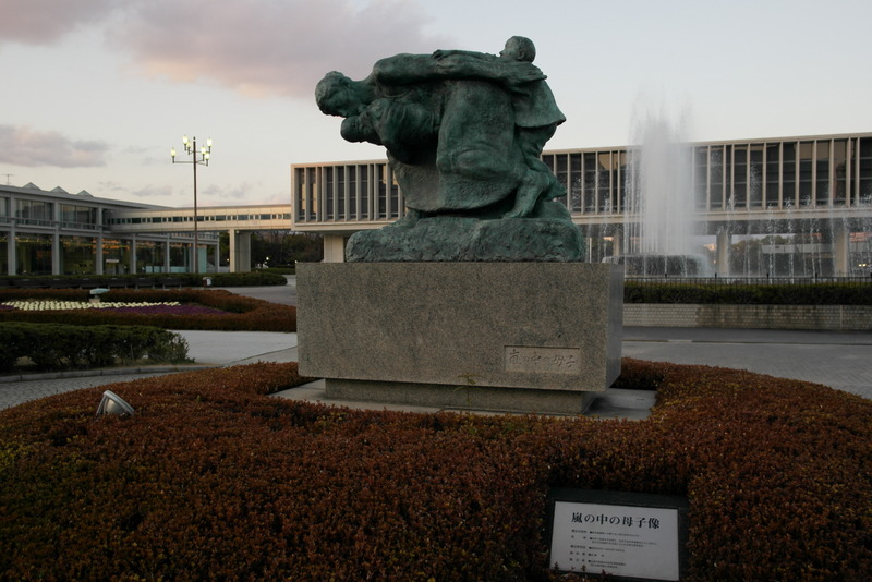 08-statue-of-mother-and-children-in-the-storm-op-de-achtergrond-fountain-of-prayer-en-hiroshima-peace-memorial-museum