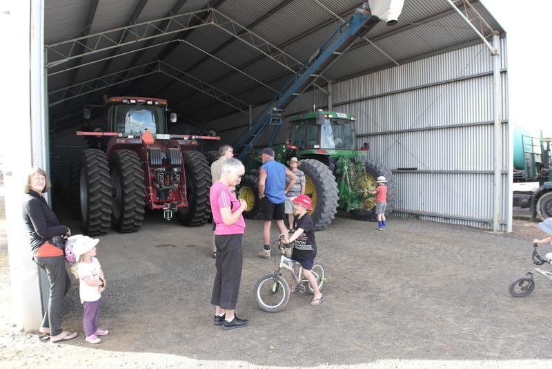 302-landbouwbedrijf-waarop-vader-en-zoon-met-gezin-samenwerkt