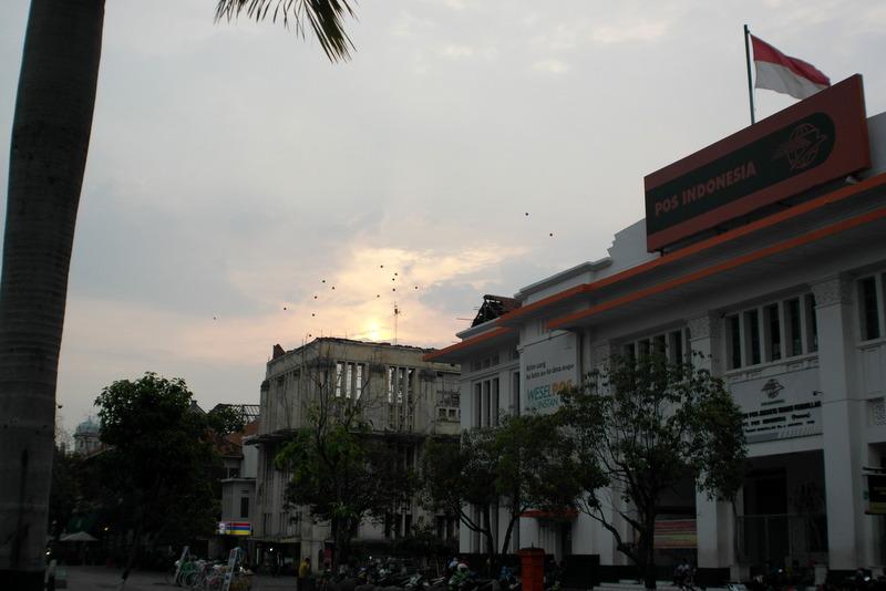 215-ballonnen-boven-pos-indonesia