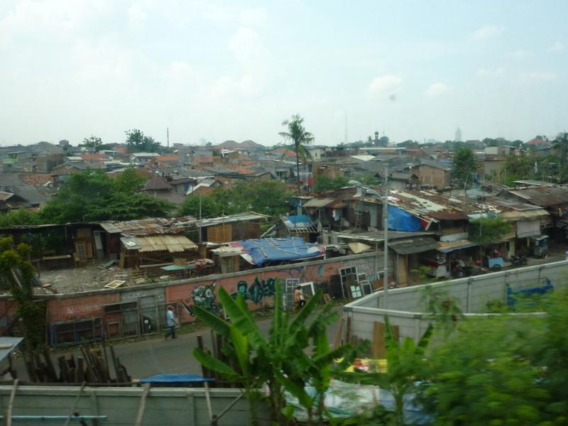 03-zicht-vanuit-de-trein-een-buitenwijk-van-jakarta