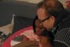 01 Mariam en Michael vol verwondering, gelukkig en blij met hun pasgeboren Catalina (2-3-2016)