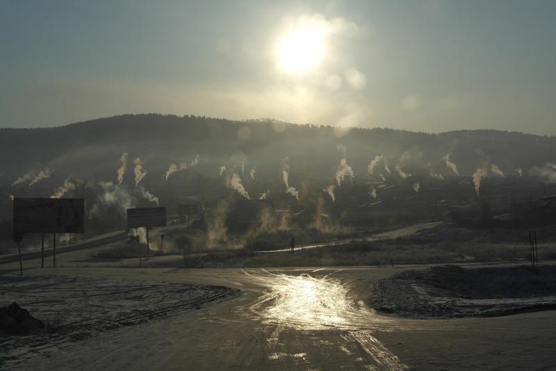 27-11-dec-2012-vroeg-op-pad-op-weg-naar-mogocha-rookpluimen-nog-boven-de-huizen