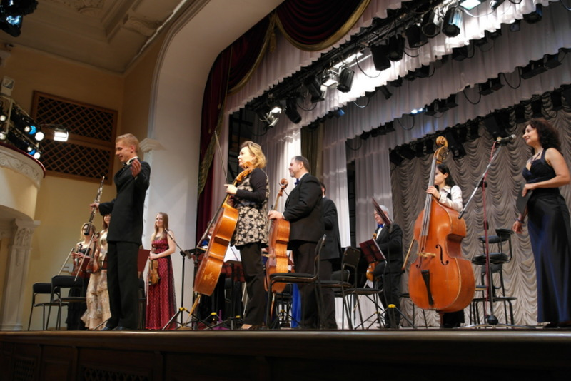 83-concert-in-philharmonica-orchestra-hall-met-tatiana-filobok-als-gastvrouw-en-muziekdocente-piano