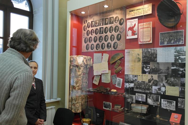 09-uitleg-en-veel-historie-bij-een-vitrine