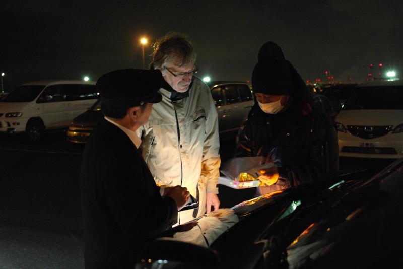 49-ons-busje-geparkeerd-voor-verscheping-nu-wij-met-de-taxi-naar-een-hotel-in-yokohama