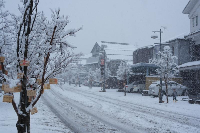 05-hoofdstraat-en-wenskaartjes-in-de-sneeuw
