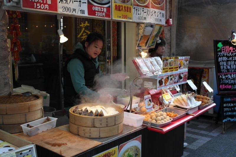 38-voor-elke-winkel-een-stalletje-ieder-eet-en-geniet-van-de-gezelligheid-op-straat-zien-eten-doet-eten