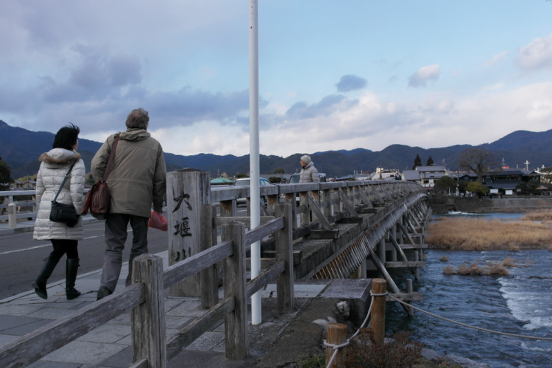 102-over-de-beroemde-tougetsu-bridge-op-weg-naar-tenryu-ji-zen-temple