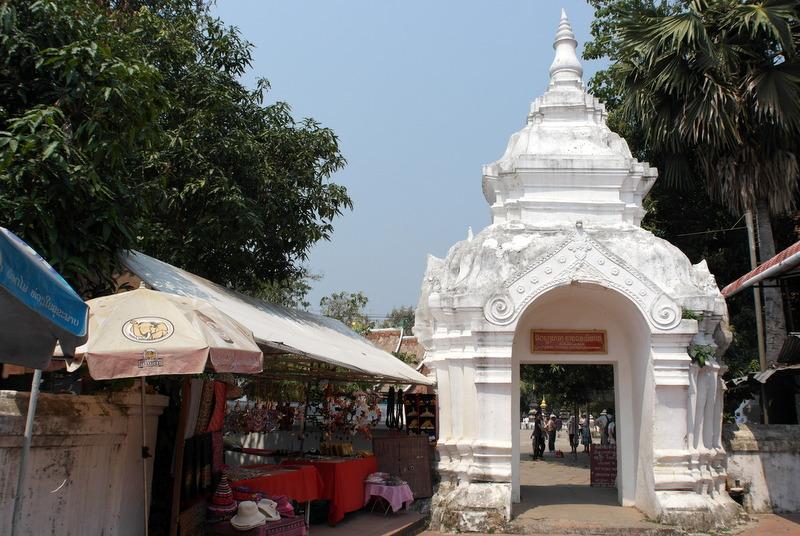 01-hoofd-ingang-wat-xieng-thong-tempel