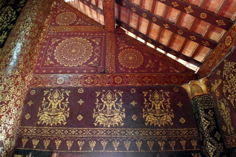 08-binnen-prachtig-detail-van-met-goud-beschilderde-muurschildering