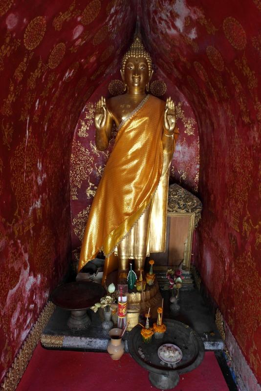 23-en-in-dit-kleine-kapelletje-deze-prachtige-boeddha
