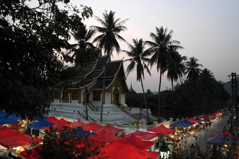 202-overzicht-handicraft-night-market-bij-de-vat-pho-pha-bang-tempel