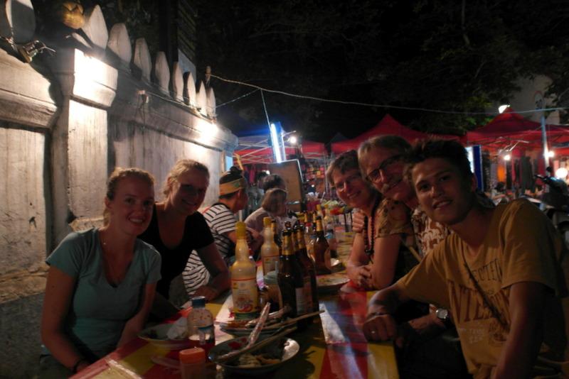 324-eten-aan-een-lange-tafel-op-straat-en-sluiten-deze-gezellige-en-sfeervolle-avond-af-samen-met-drie-enthousiase-jonge-nederlandse-backpackers
