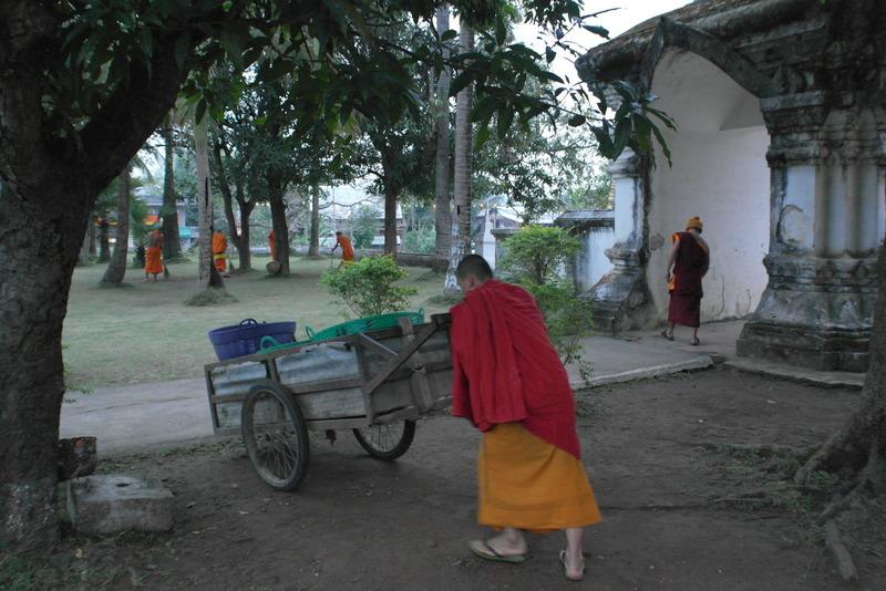 402-op-de-binnenplaats-wordt-het-tempel-terrein-geveegd