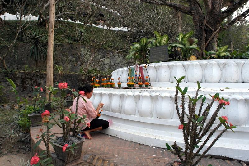445-offer-aan-de-voet-van-deze-bodhi-boom-in-1957-geplant-op-de-2500-ste-geboortedag-van-boeddha-donatie-india