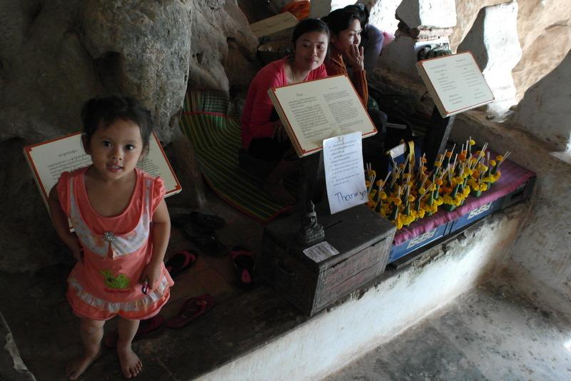 20-met-parmantig-dametje-bij-de-ingang-donatie-en-bloemen-te-koop-voor-eerbetoon