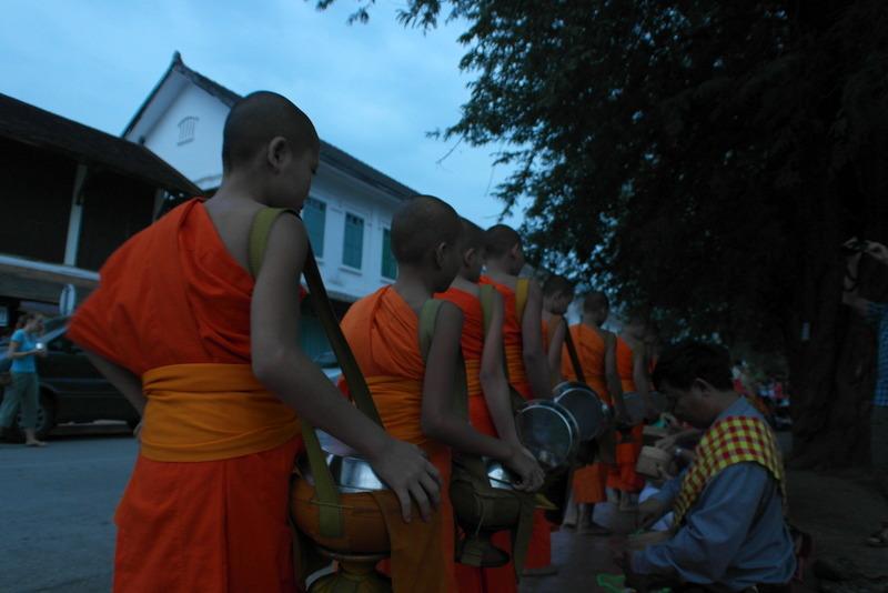 10-gedragen-door-de-gehele-gemeenschap-van-luang-prabang