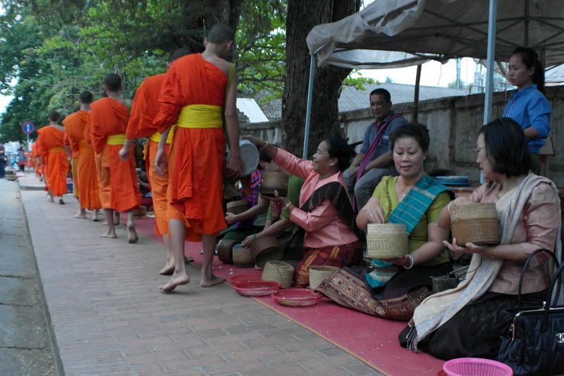 18-uit-respect-draagt-ieder-een-gebedsdoek-om-de-linker-schouder