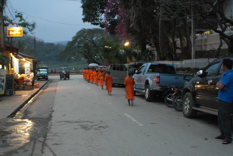 29-de-jonge-leerling-monniken-op-terug-weg
