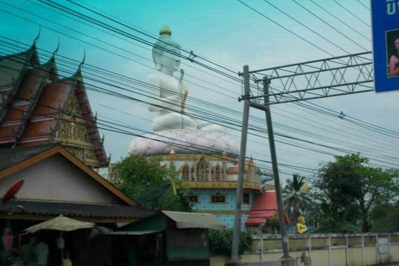 a04-onderweg-nabij-sadao-buddha-en-temple-al-van-verre-uit-zichtbaar