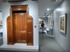 """21 expositie Nederlandse ontwerpkunst (1890-1940) – deur van Studeerkamer Ferdinant Kranenburg (ca 1900) met opschrift"""" 't Is al en niet, al naar ge't ziet"""""""