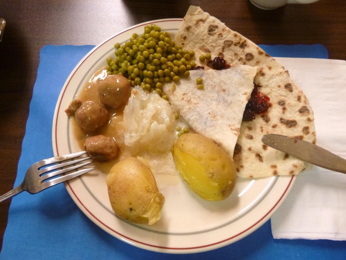 compleet Lutefisk Dinner op een bordje - ieder kan zelf opscheppen - voor een vegetarische maaltijd schept je eromheen
