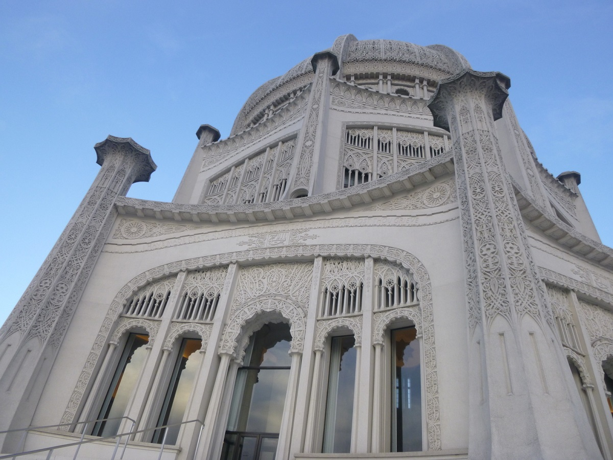 de Baha'i Temple, buitengewoon mooi - gebouwd van beton en glas - heeft negen ingangen die symbool staat voor de Baha'i principes