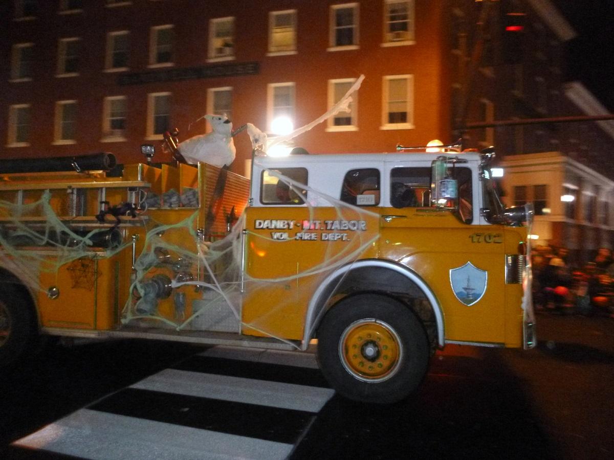 en brandweer in de Halloween spinnenwebben