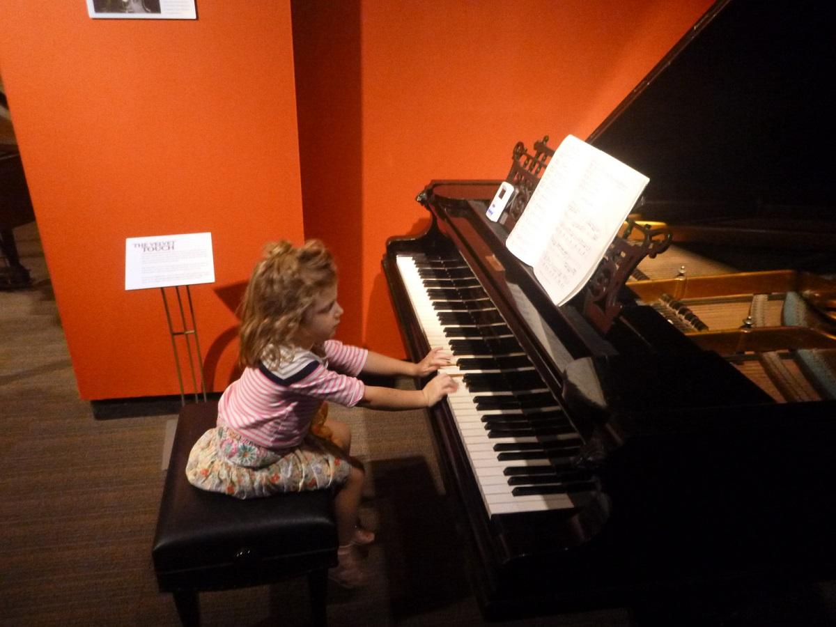 prachtig, dochtertje van een pianist - pianiste in spé