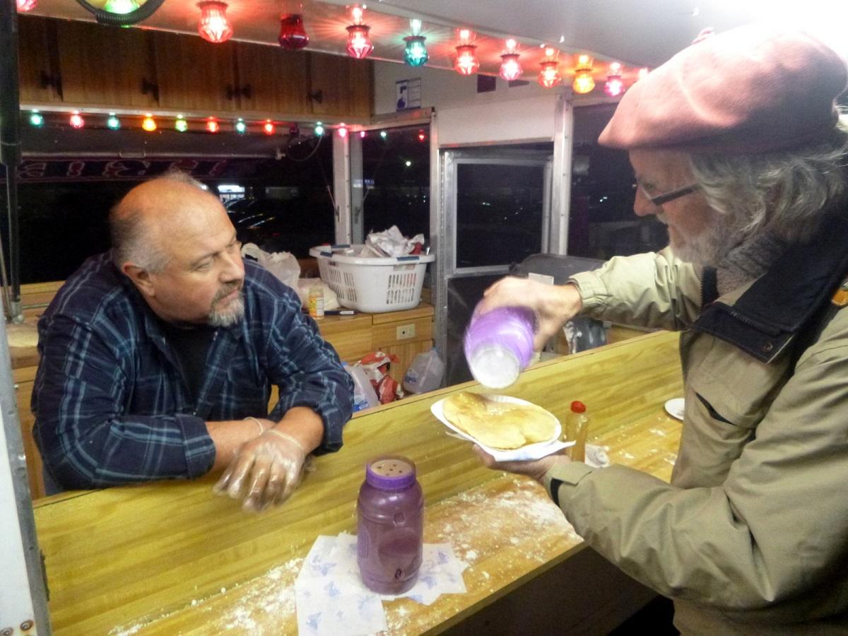tijdens de Halloween parade worden er een soort pannenkoeken verkocht, deeg koeken gebakken in olie