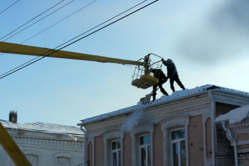 17-2012-11-28-met-behulp-van-hoogwerker-daken-sneeuwvrij-maken