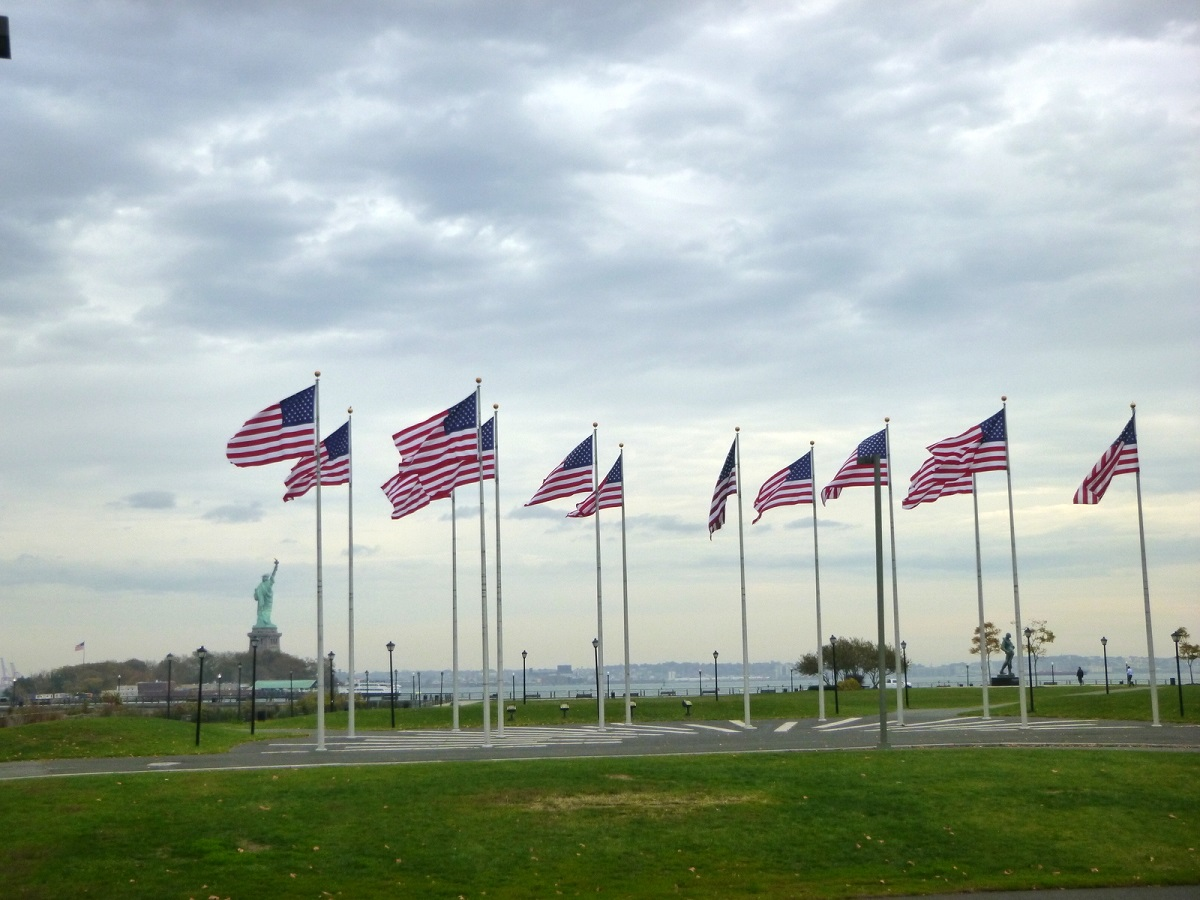 30 Vlaggen op New Yersey Liberty State Park met Vrijheidsbeeld op de achtergrond