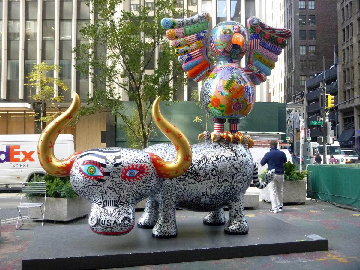 7 Fancy Annimal Carnival door Hung Yi, speelse stier op de kiek
