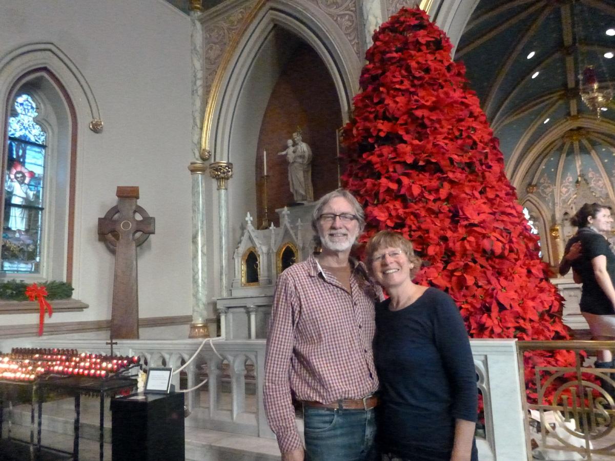 21 poseren bij de kerstboom in de Cathedral of St. John the Baptist