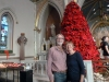 21 poseren bij de kerstboom in de Cathedral of St. John the Baptist