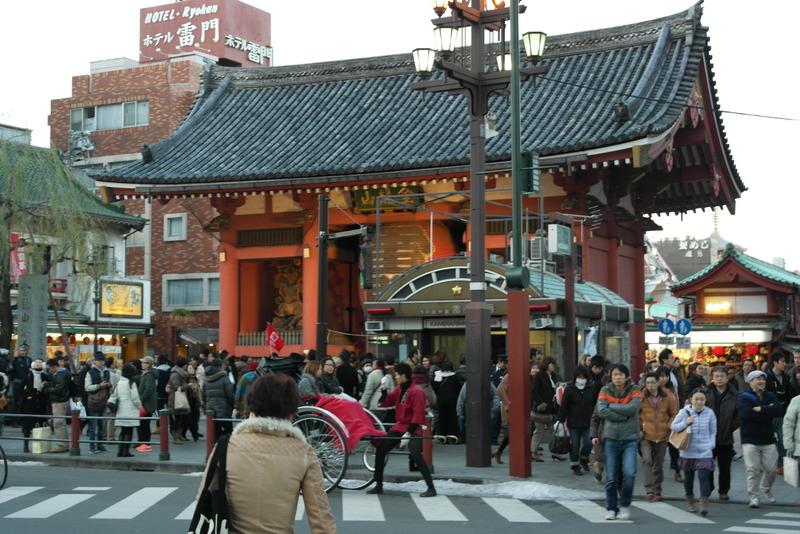 001-kaminarimon-gate-the-main-gate-to-sensouji-temple-asakusa-tokyo