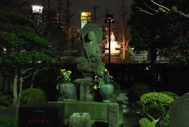 016-langs-gedenktekens-en-buddhas