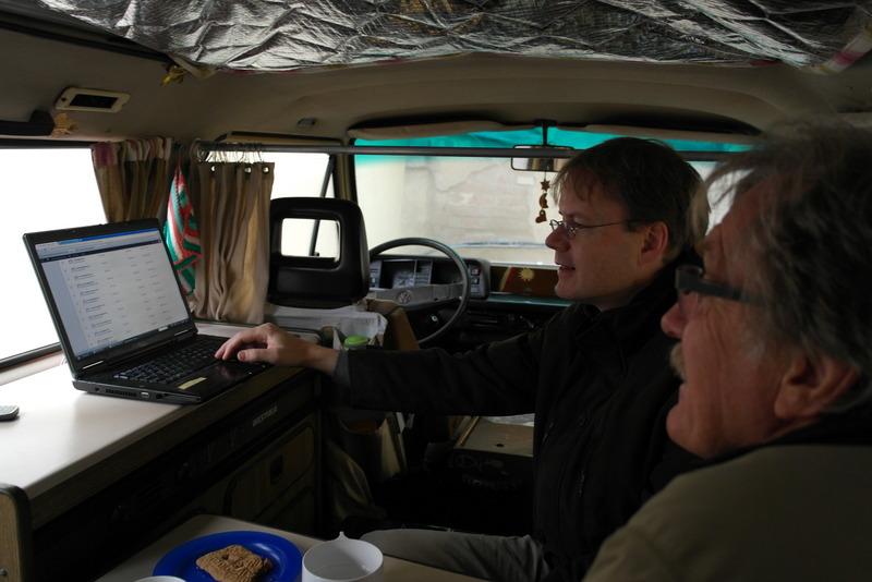Web bekijken in de bus met Gerard