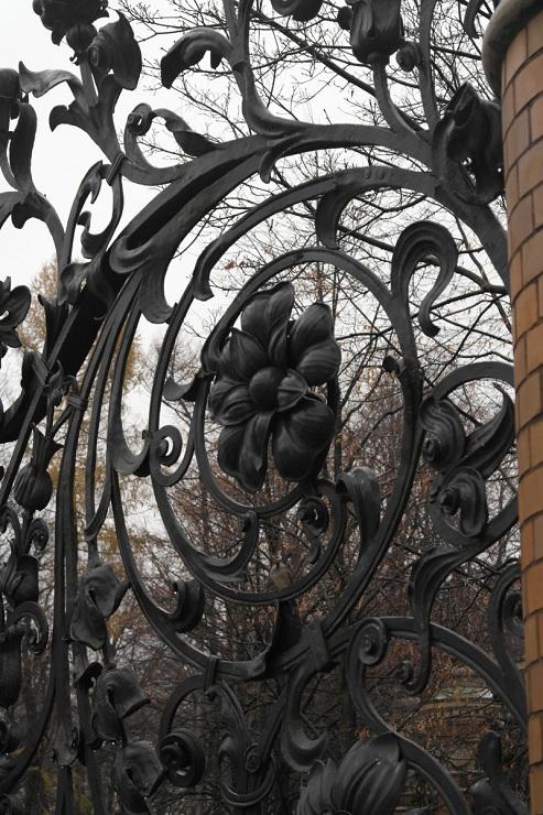 Detail van de fraai gesmede hekken