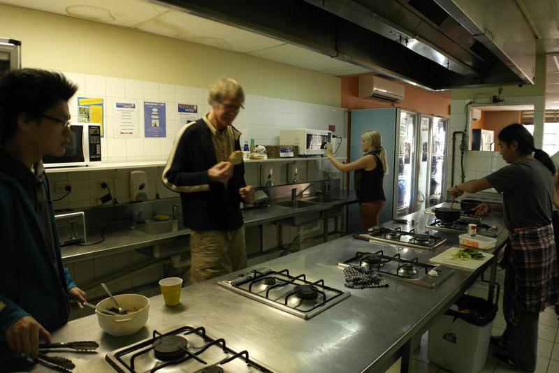 14-ontbijtje-klaarmaken-in-nomads-western-backpackers-sydney