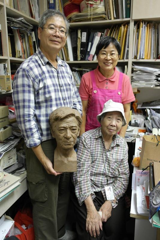 008-chern-lian-shan-zijn-vrouw-loo-ray-mei-en-zijn-moeder-chern-lian-shan-pakt-nog-even-snel-de-sculpture-van-zijn-vaderen-grapt-familie-compleet