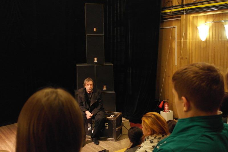 07-vladimir-in-gesprek-met-publiek-en-vertelt-over-de-voorstelling-van-vanavond-sky-above-the-earth