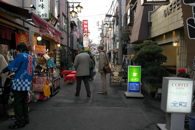127-wandelen-samen-met-karel-van-wolferen-door-asakusa